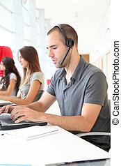 Empleado de servicio al cliente con auriculares puestos