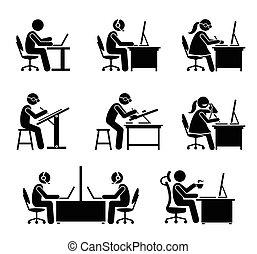 Empleado trabajando con ordenador y portátil en la oficina.