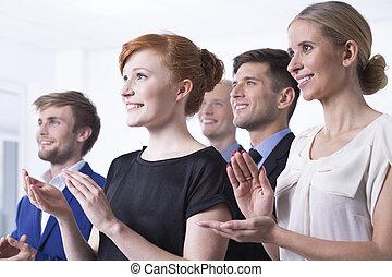 Empleados de oficina aplaudiendo