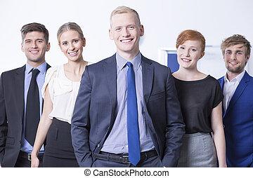 Empleados sonrientes en la oficina de trabajo