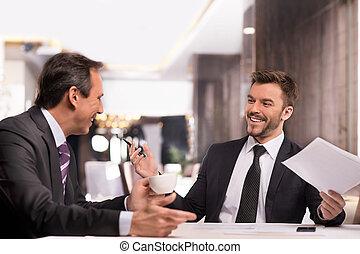 empresa / negocio, sentado, gente, bien, dos, formalwear, alegre, mientras, done!, algo, sonriente, discutir, restaurante