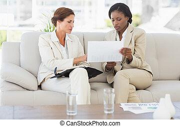 empresarias, planificación, juntos, sofá