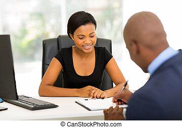 Empresario africano firmando contrato