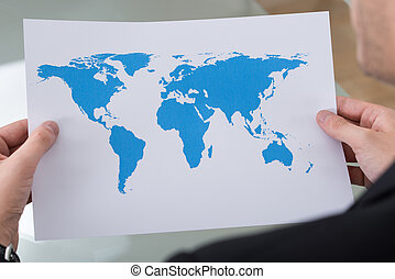Empresario con mapa del mundo