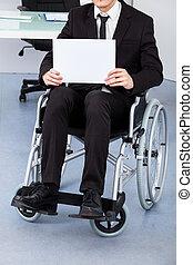Empresario discapacitado con papel