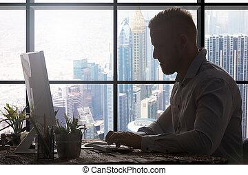 Empresario en la oficina moderna