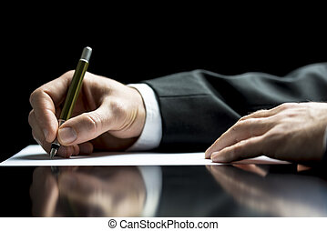 Empresario escribiendo una carta o firmando