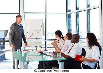 Empresario senior interactuando con su equipo