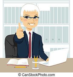 Empresario senior trabajando en la oficina