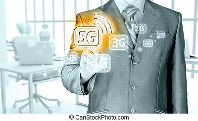 Empresario sosteniendo en mano 5G, fondo tecnológico