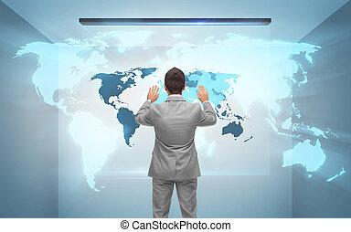 Empresario trabajando con el holograma del mapa mundial