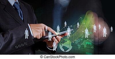 Empresario trabajando con la nueva red social de programas de computadoras modernas
