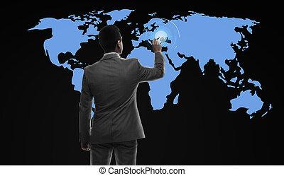 Empresario trabajando con un mapa del mundo virtual