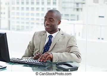 Empresario usando una computadora