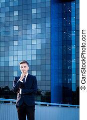 Empresario y rascacielos azules