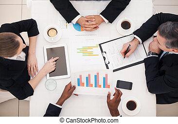empresarios, cima, sentado, formalwear, algo, meeting., tabla, discutir, vista