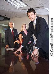 Empresarios multiétnicos en la sala de juntas