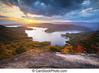 En el sur de carolina cae el lago Jocassee una fotografía escénica de otoño