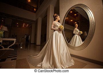 Encantador retrato de la joven novia rubia con vestido de novia