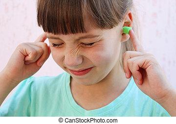 enchufes, noise., cubierto, contra, proteger, ears., ella, niña, oreja