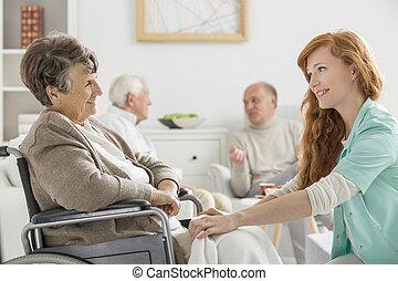 Enfermera cuidando a la mujer