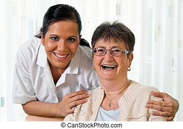 Enfermera en cuidados ancianos para los ancianos en Altenhei