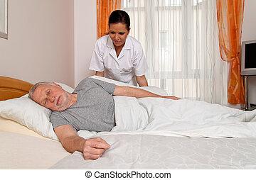 Enfermera en cuidados viejos