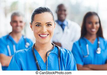 Enfermera médica y colegas