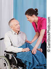 Enfermera preocupándose por el discapacitado