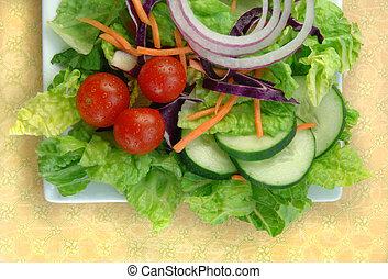 Ensalada de jardín en plato cuadrado