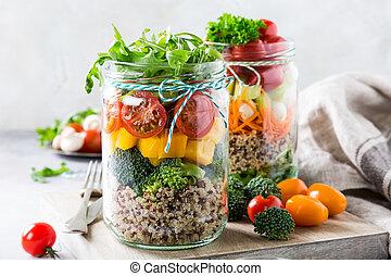 Ensalada en frasco de vidrio con quinoa