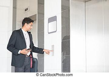Entra en el ascensor
