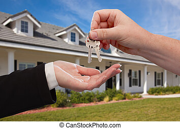 Entregando las llaves de la casa frente a la nueva casa