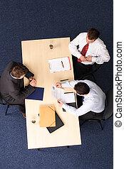 Entrevista de trabajo, tres hombres de negocios reunidos