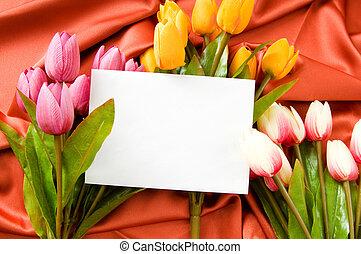 Envelope y flores en el fondo de satén