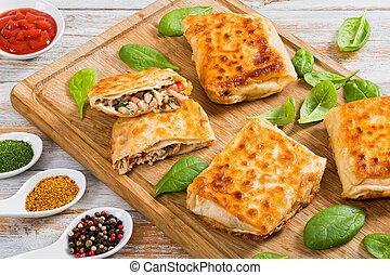 Envolturas de pan frito rellenas con carne de pollo y verduras