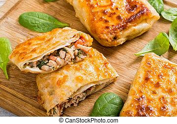 Envolturas de pan frito rellenas de carne y verduras