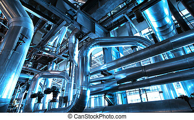 Equipamiento, cables y pipí en el interior de la planta de energía industrial