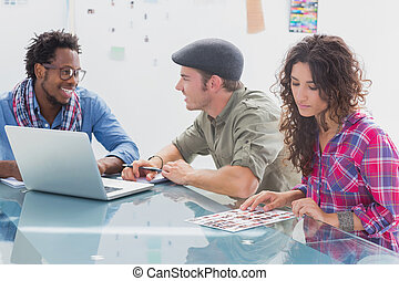 Equipo creativo trabajando juntos