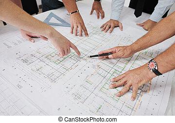 Equipo de arquitectos en construcción