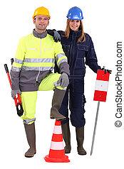 Equipo de construcción con herramientas y señales de advertencia
