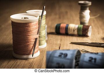 Equipo de costura en la mesa