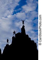 Equipo de escaladores llegando a la cumbre.