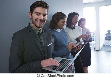 Equipo de gente de negocios usando dispositivos electrónicos