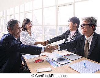 Equipo de hombre y mujer negocios gente exitosa estrechando la mano después de la solución acuerdo de reunión tiro en la sala de oficina