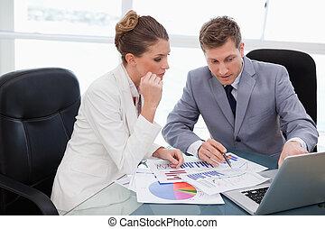 Equipo de negocios analizando la investigación del mercado