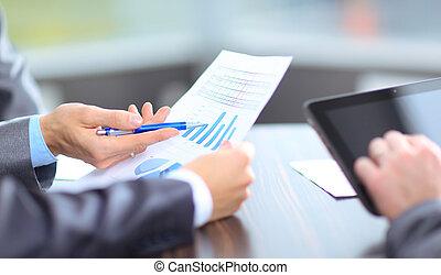 Equipo de negocios analizando resultados de investigación de mercado juntos