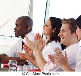 Equipo de negocios aplaudiendo en una reunión