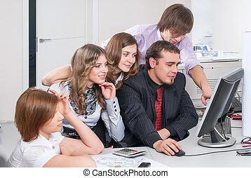 Equipo de negocios de cinco trabajos de planificación en la oficina