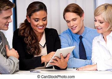 Equipo de negocios de cuatro disfrutando del trabajo